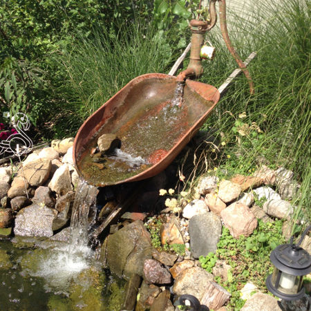 wheelbarrow-fountain-diy-idea